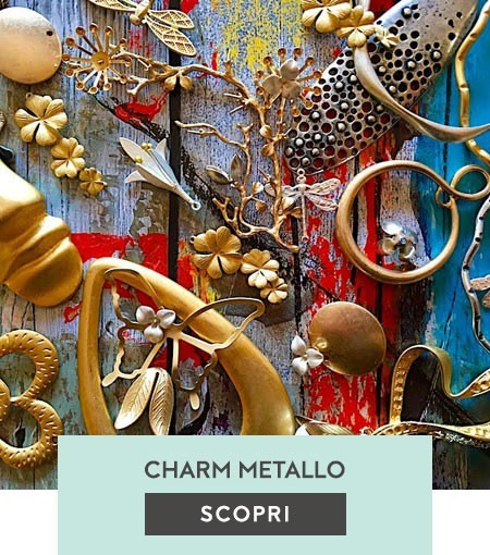 Charms in metallo