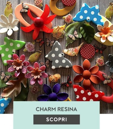 Charms in resina
